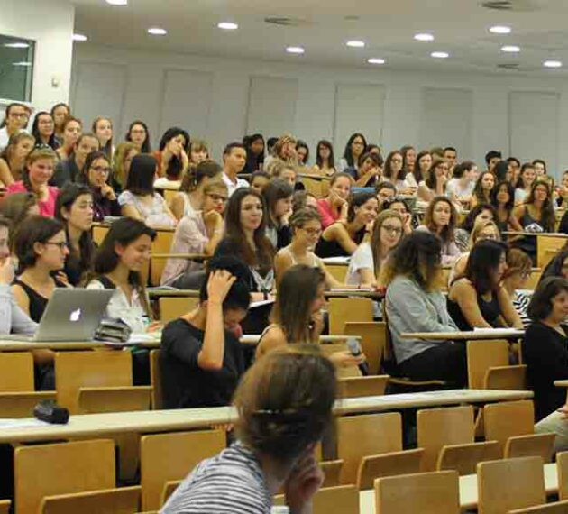 Etudiant en amphi - Campus Carnot Université Catholique de Lyon