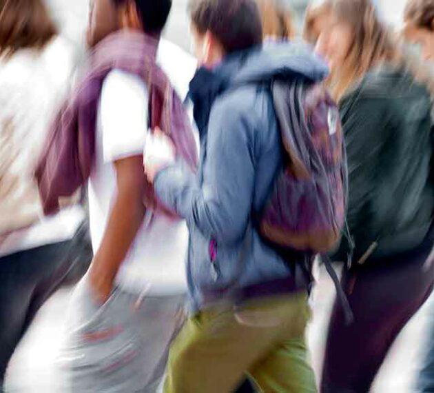 étudiants qui marchent en groupe à l'ESTBB Lyon